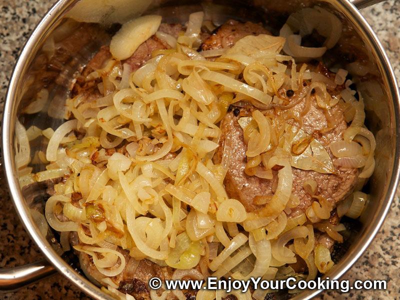мясо тушеное с луком рецепт с фото