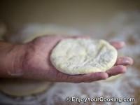 Take a dough circle to one hand