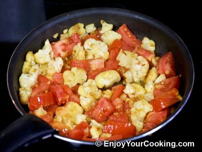 Cauliflower Fried with Eggs and Tomatoes: Step 3